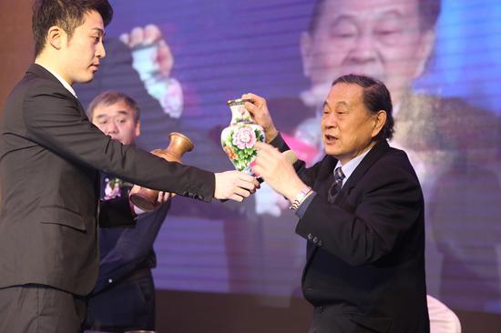 中国工艺美术大师米振雄细数景泰蓝十次入火