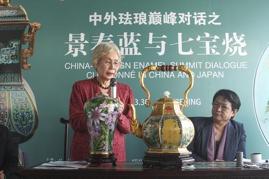 高桥老师点评景泰蓝作品《天龙八宝壶尊》(右)及《繁花似锦》(左)