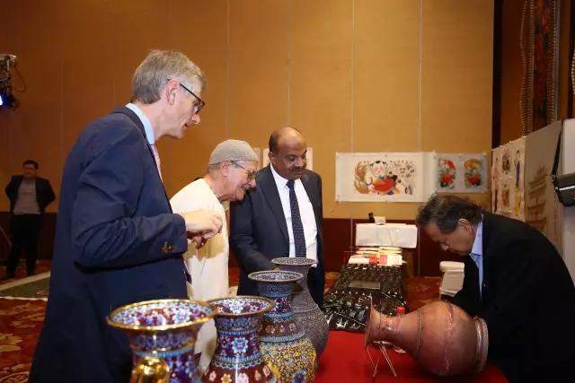 与会国际嘉宾与米振雄大师交流互动,热烈称赞景泰蓝工艺
