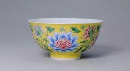 清康熙 黄地珐琅彩缠枝牡丹纹碗 北京故宫博物院藏
