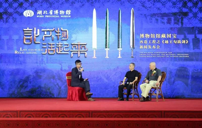 创作作者现场讲解越王勾践剑创作过程